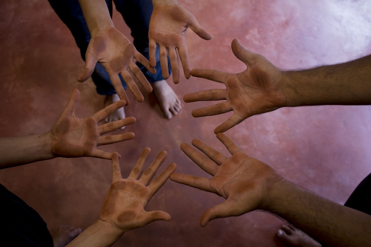 hands shine of buffed clay after playing with smooth clay finish